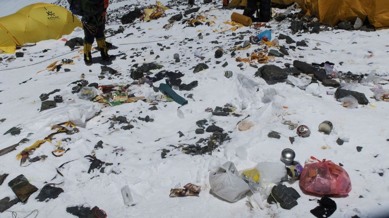 El Monte Everest está siendo «invadido» por basura… ¿no hay lugar que no contaminemos?