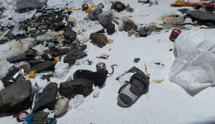 Bolsas plásticas, sandalias, latas de aluminio, y más... Toda esta basura es dejada por quienes visitan el Everest.