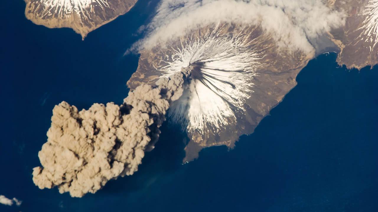 Un volcán de Alaska amenaza con hacer erupción y detener el tráfico aéreo