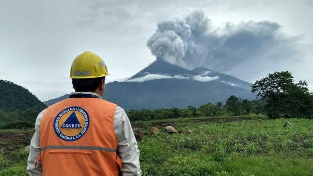 Las autoridades han recomendado alejarse por lo menos unos 200 metros del volcán