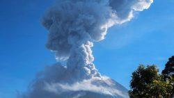 Volcán Merapi de Indonesia entra en erupción