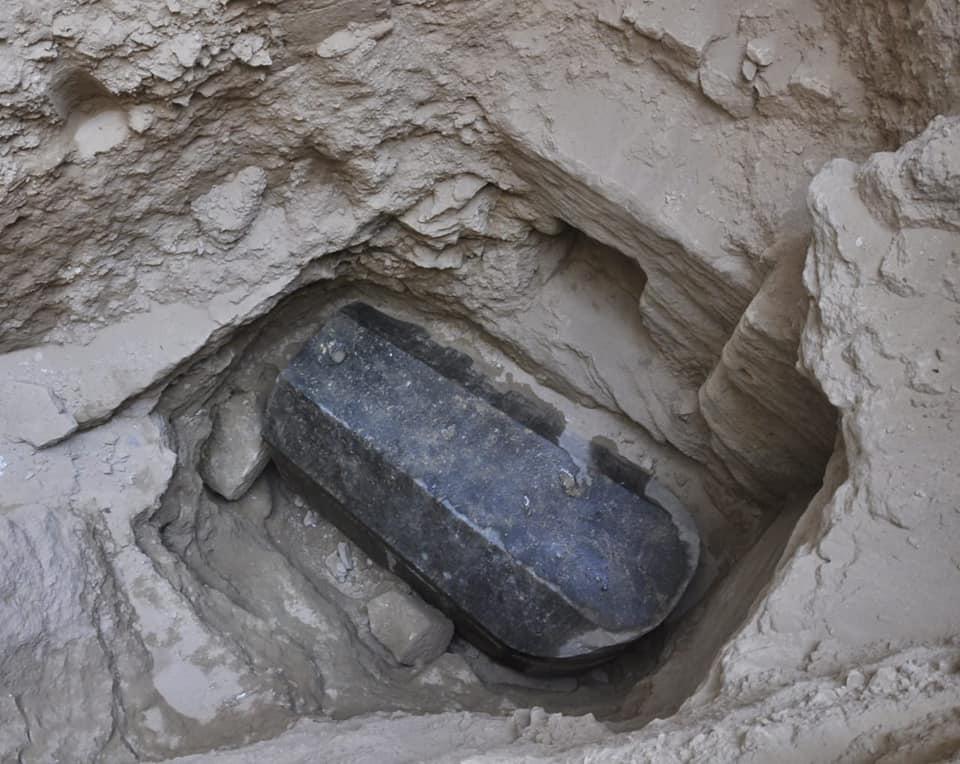 «Un verdadero gigante se encuentra aquí dentro». De acuerdo con los arqueólogos que lideraron la excavación, el sarcófago de granito negro se encuentra a 185 centímetros de alto, y posee 265 cm de largo y 165 cm de ancho. Se dice que es el más grande encontrado en Alejandría