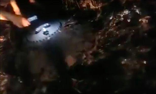 Los lugareños se agolparon en la escena para inspeccionar el objeto alienígena