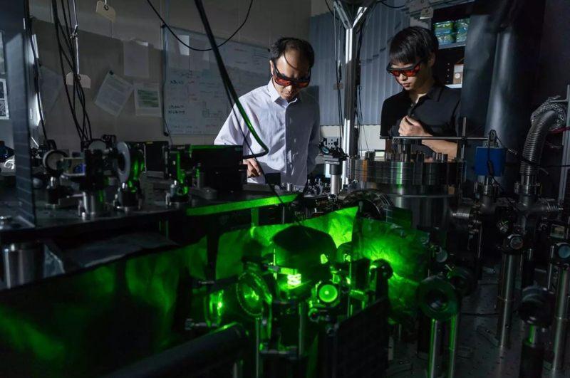Tongcang Li y Jonghoon Ahn hicieron levitar una nanopartícula en el vacío y la impulsaron a rotar a gran velocidad. Ellos esperan que esto les ayude a estudiar las propiedades del vacío y la mecánica cuántica.