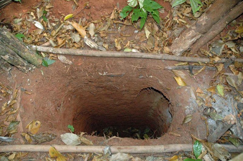 Esta foto muestra uno de los agujeros cavados por el miembro de la tribu, que se cree usa para atrapar animales y para esconderse mientras caza