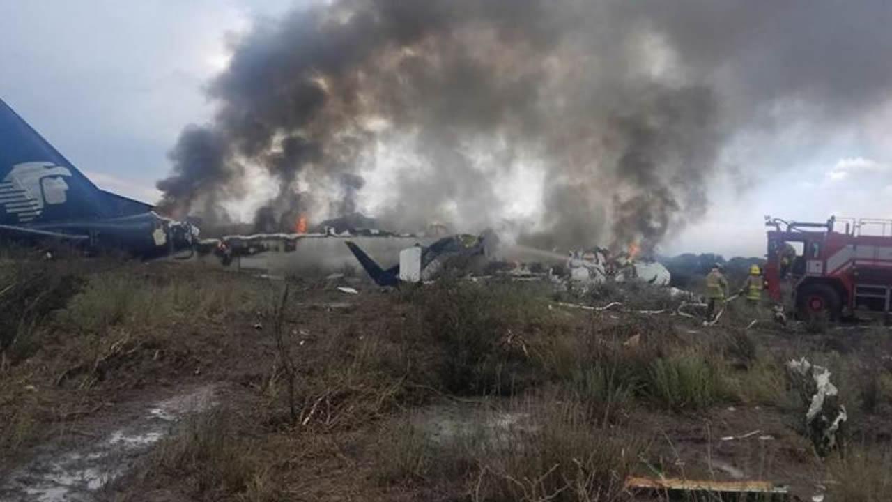 Avión se estrella en México con más de 80 pasajeros