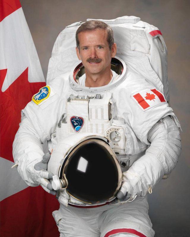 Chris Hadfield es un astronauta retirado que ha pilotado dos misiones de transbordadores espaciales y se desempeñó como comandante de la Estación Espacial Internacional