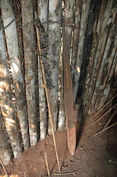 En la imagen puede verse una lanza de madera y palos de bambú cerca de la casa del «Hombre en el agujero»