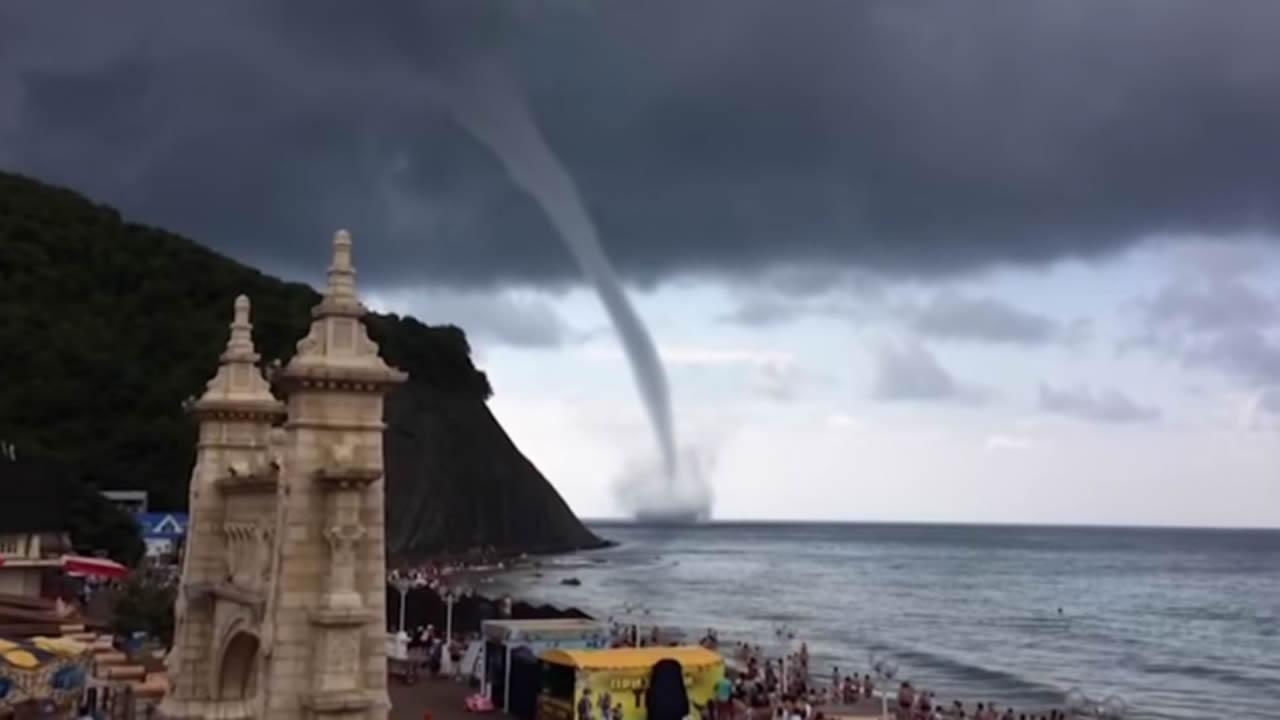 Potente tornado sorprende a visitantes de una playa en Rusia