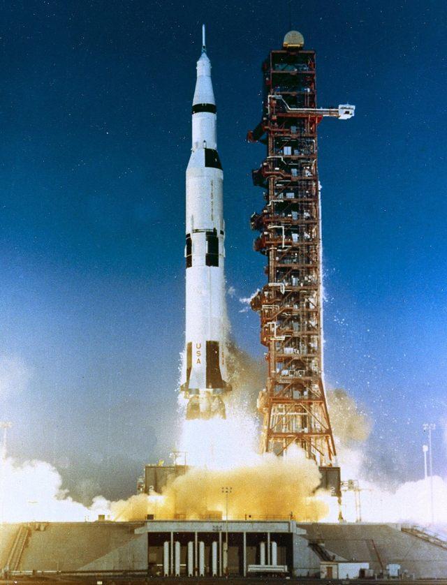 Un cohete Saturno V que lanzó una misión Apolo hacia el espacio.