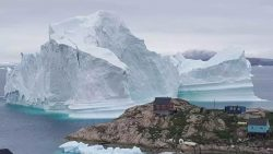 Un gigantesco iceberg amenaza a un pueblo de Groenlandia