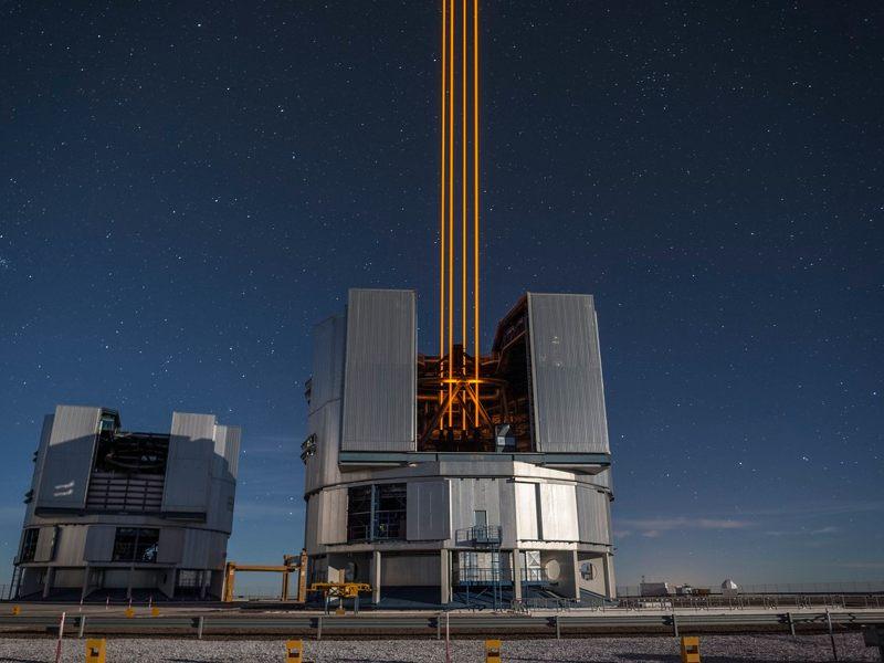 Esta espectacular imagen de cuatro poderosos rayos que emergen del nuevo sistema láser en el Unit Telescope 4 forman una parte crucial de los sistemas de óptica adaptativa en el Very Large Telescope de ESO