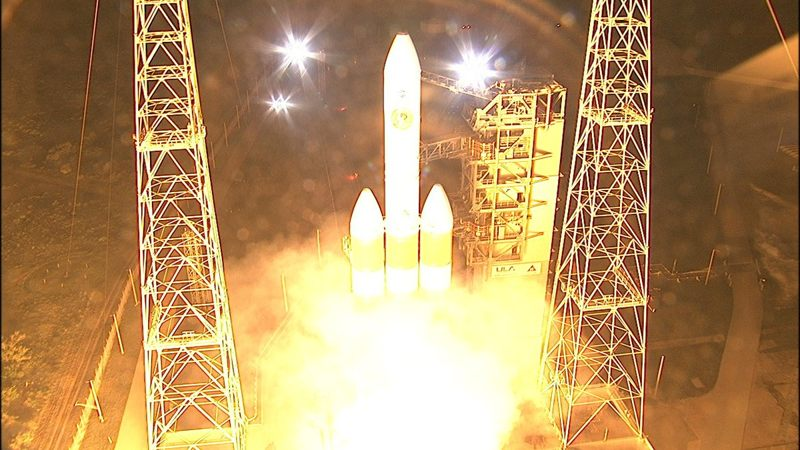 Lanzamiento del cohete Delta IV Heavy que sostiene la sonda Parker Solar Probe.