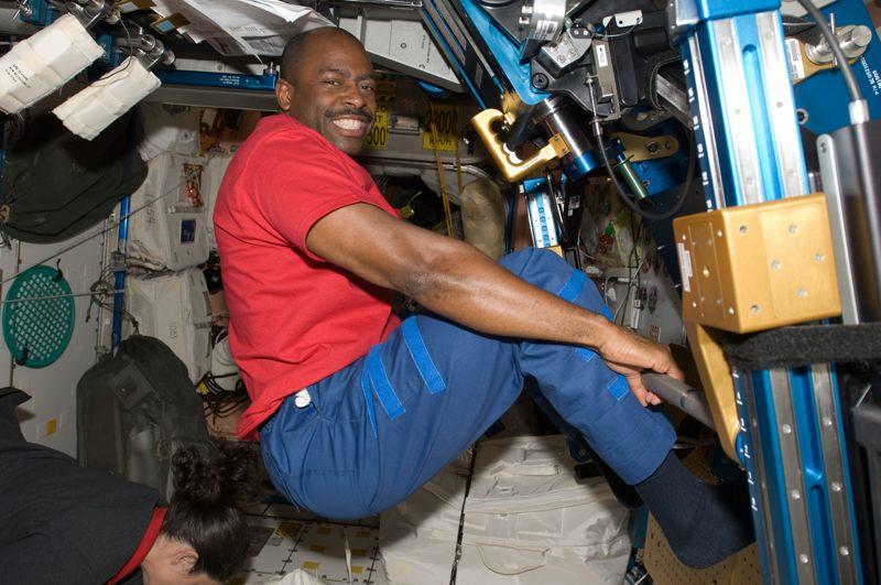 Leland Melvin durante la misión STS129 de NASA.