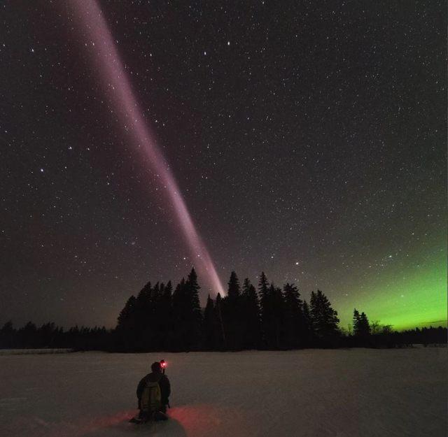 La misteriosa columna de luz atmosférica conocida como STEVE atraviesa el cielo sobre Columbia Británica, Canadá, el 10 de abril de 2018. Según un nuevo estudio, STEVE no es una aurora (visible aquí en la esquina derecha del horizonte) sino algo completamente nuevo para la ciencia