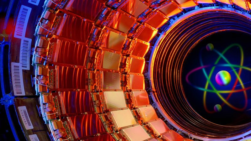 El Large Hadron Collider o Gran Colisionador de Hadrones podría llegar a aplastar la Tierra hasta el tamaño de un campo de fútbol, dice el cosmólogo Martin Rees.