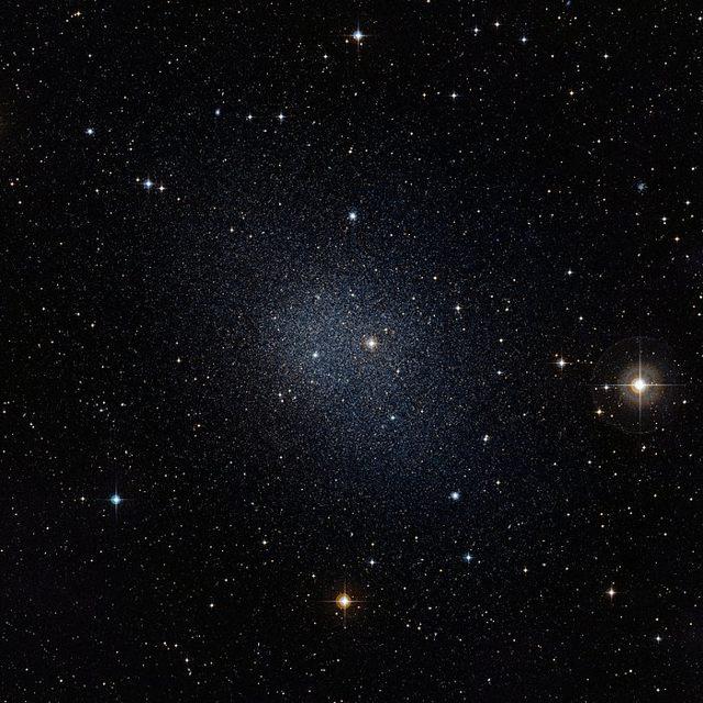 En la imagen podemos ver a la galaxia enana Fornax, que es una de las galaxias vecinas a la Vía Láctea, y más brillante que Segue 1