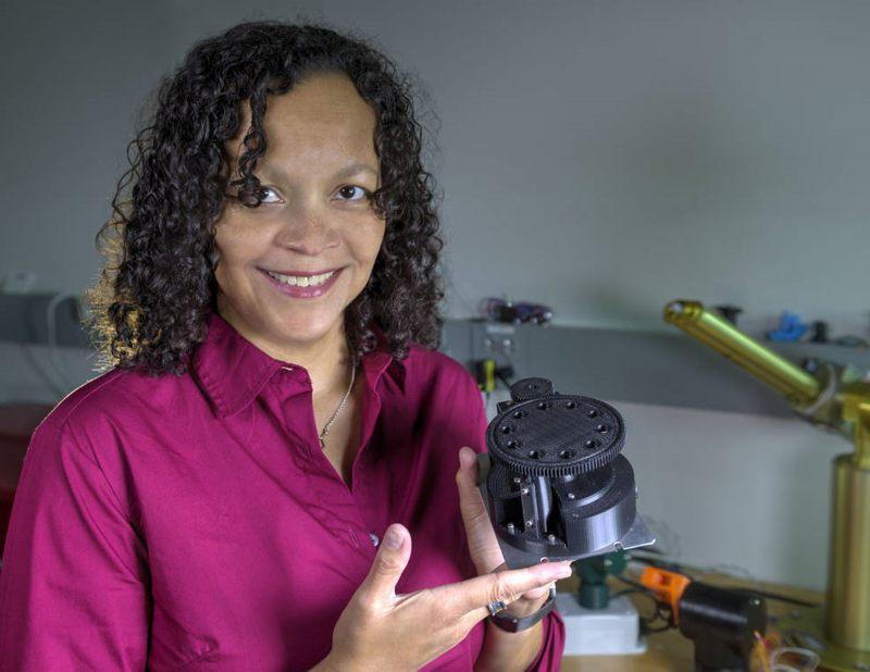 La científica de la NASA Melissa Floyd tiene su prototipo de FISHbot impreso en 3D, que está avanzando para buscar vida bacteriana en Marte y otros objetivos del sistema solar