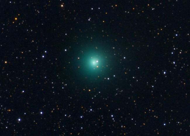 Astrónomos descubrieron un cometa verde brillante que atravesaba los cielos del hemisferio norte. El cometa está actualmente rodeado por una nube de polvo dos veces más grande que Júpiter, lo que lo hace fácilmente visible para los observadores en la Tierra