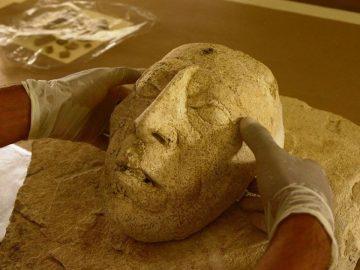 Hallan máscara de estuco del gobernante maya Pakal