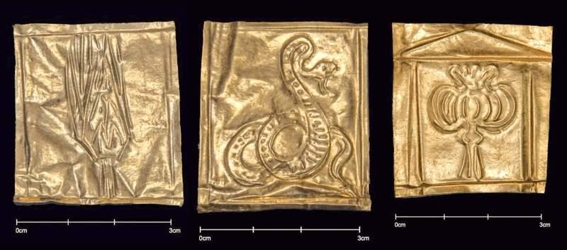 Láminas doradas encontradas al examinar los esqueletos en el sarcófago de Alejandría