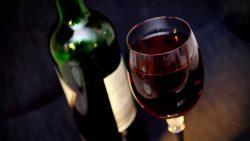 Personas que no beben alcohol tienen más posibilidades de sufrir demencia
