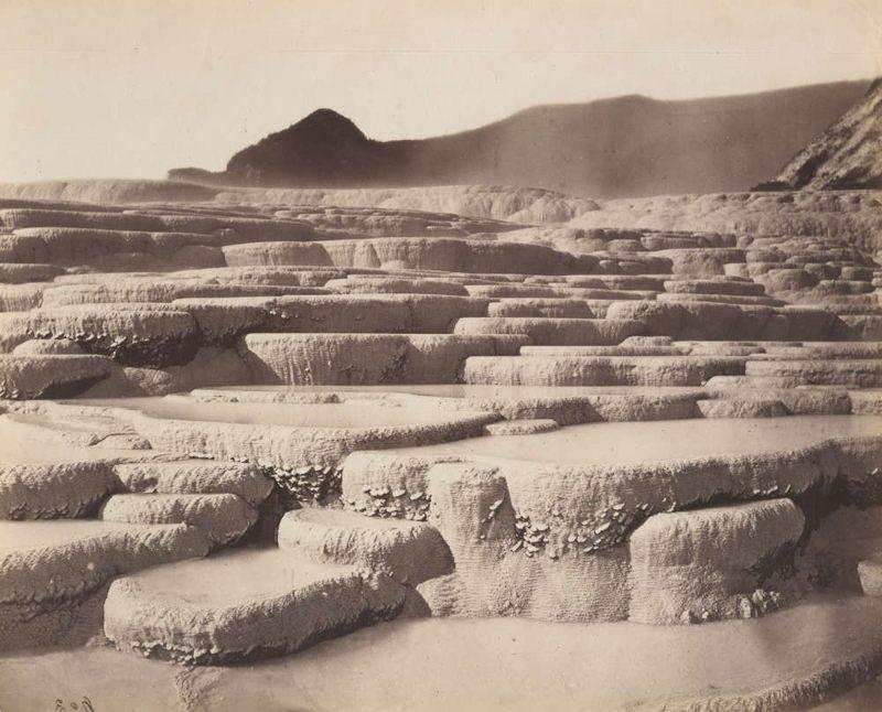 Una fotografía de 1880 muestra las Terrazas Rosas y Blancas, solo seis años antes de su destrucción