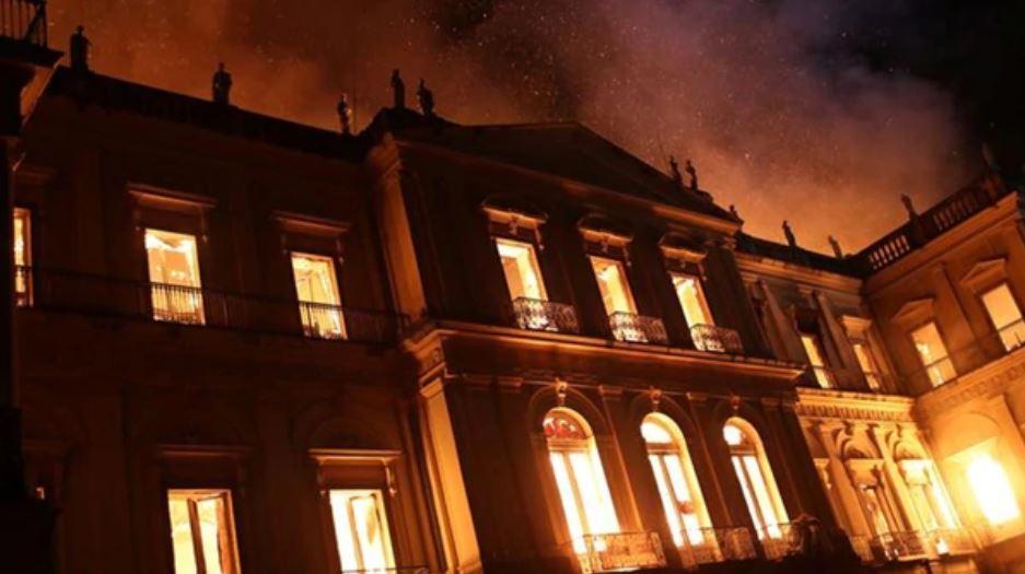 El incendio consumió todo el edificio