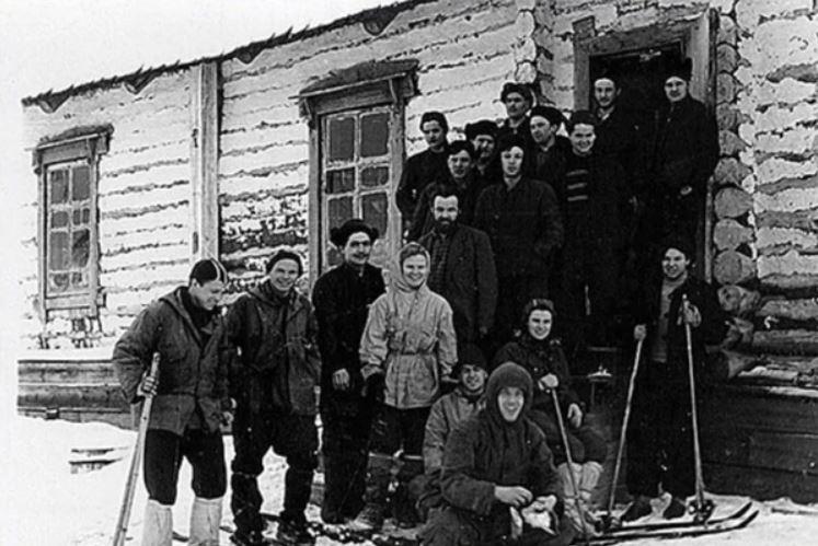 El grupo antes de salir hacia su fatal destino, una foto con algunos pobladores de Vizhai.