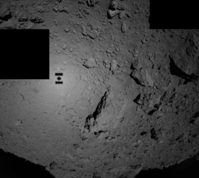 La nave espacial japonesa Hayabusa2 tomó esta foto cerca de la medianoche (EDT) del 21 de septiembre de 2018, cuando desplegó las dos pequeñas tolvas MINERVA-II1 hacia la superficie del asteroide Ryugu. La sombra de Hayabusa2 es claramente visible