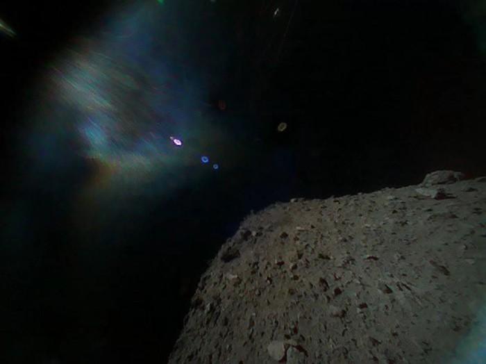 El rover MINERVA-II1B capturó esta vista del asteroide Ryugu el 21 de septiembre de 2018, poco después de separarse de la nave espacial Hayabusa2 de la Japan Aerospace Exploration Agency. El asteroide aparece en la parte inferior derecha