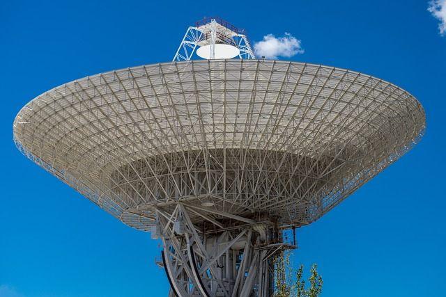 Una civilización alienígena tecnológicamente avanzada más allá de nuestra galaxia podría aprovechar las señales brillantes creadas por estrellas de neutrones en colisión para llamar nuestra atención.
