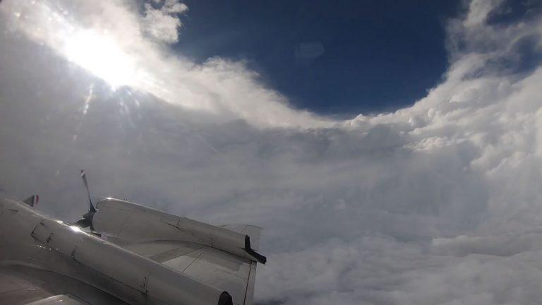 Cazadores de huracanes vuelan a través del ojo de Florence y ven algo impactante