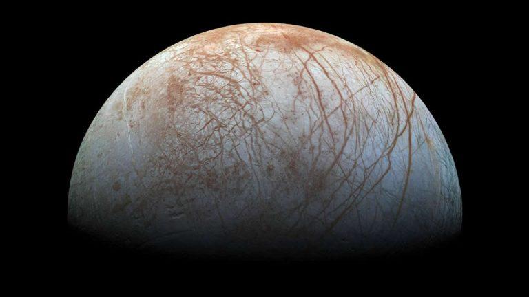 Detectan una inusual región en la luna Europa