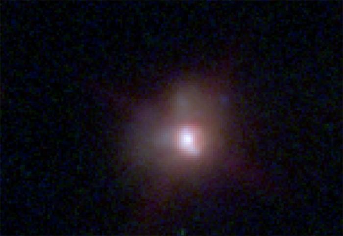 Galaxia observada por el Telescopio Espacial Hubble. Se ubica a 6 mil millones de años luz de distancia