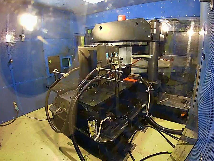 El generador de megagauss justo antes de que se encienda. Algunas piezas para el dispositivo son extremadamente raras y muy pocas compañías en todo el mundo son capaces de producirlas