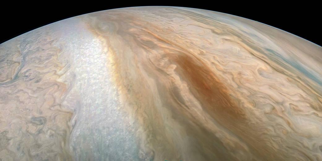 En el centro de la imagen se puede apreciar la «barcaza marrón» fotografiada en Júpiter