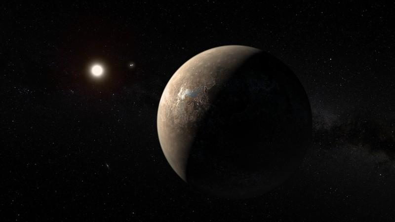 Representación artística del exoplaneta Próxima Centauri b junto con el sistema binario Alfa Centauri.
