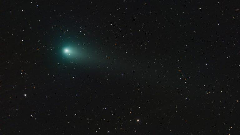 Un cometa verde y brillante será visible mañana, y aquí te decimos cómo verlo