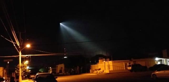 El cohete Falcon 9 atravesando el cielo