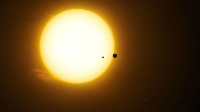 Representación artística del exoplaneta Kepler-1625b que transita la estrella con el el candidato a exoluna