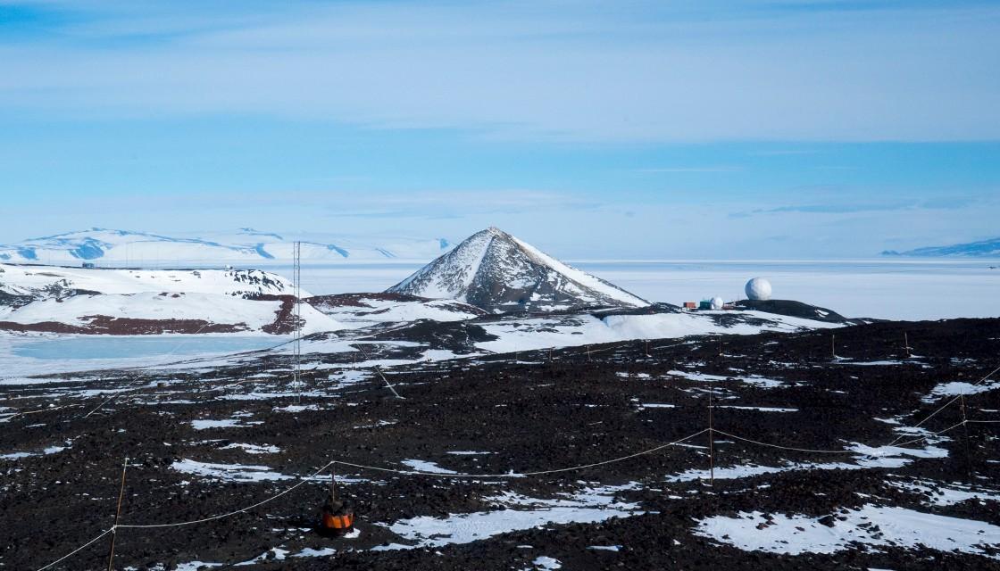 Montaña en forma de pirámide y la segunda esfera a la derecha, Área 122