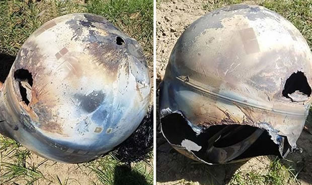 Fotografía de objeto metálico esférico caído en una granja de California, EE.UU.