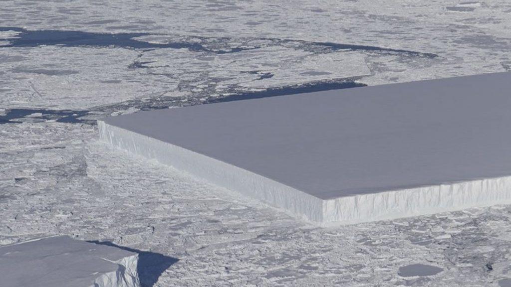 Iceberg con bordes rectos en la Antártida