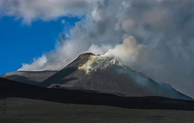 Los investigadores dicen que un deslizamiento del volcán Etna puede potencialmente provocar un colapso catastrófico