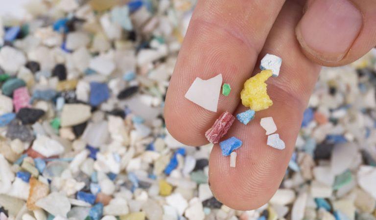 Hallan microplásticos en heces humanas por primera vez