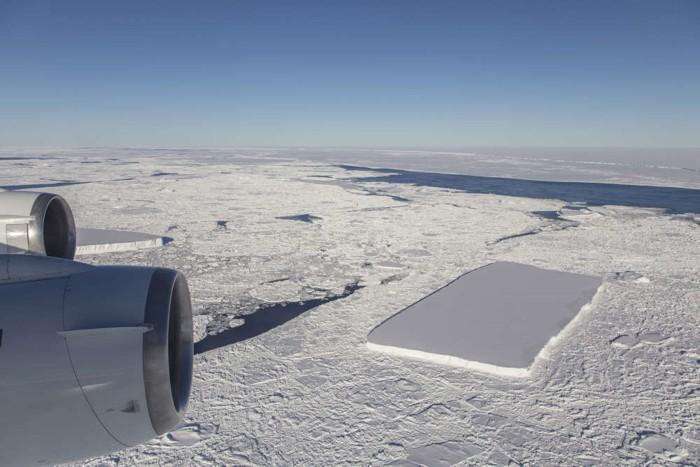 Justo después del iceberg rectangular, que es visible desde detrás del motor externo, IceBridge vio otro iceberg relativamente rectangular y el iceberg A68 en la distancia