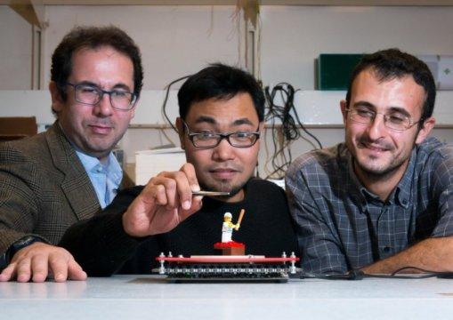 El Dr. Gianluca Memoli, Mohd Adili Norasikin y el Dr. Diego Martinez Plasencia con SoundBender