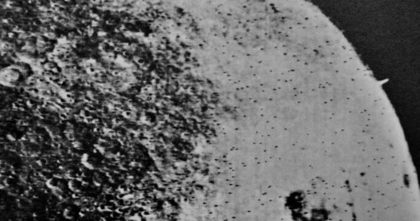 ¿Una torre gigantesca en la superficie de la Luna?
