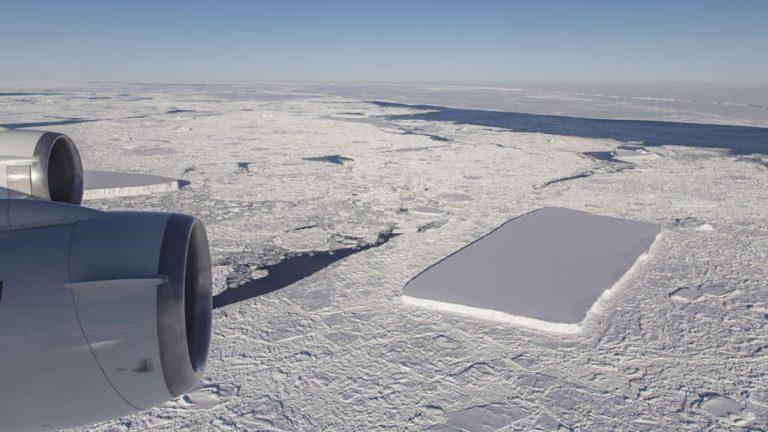 NASA publica nuevas fotos del extraño iceberg rectangular